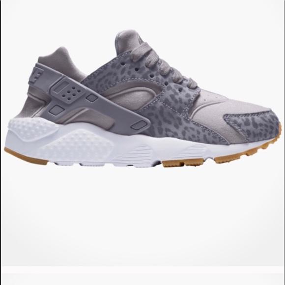 bb79e8e0f03c2 NIKE HUARACHE grey cheetah runners